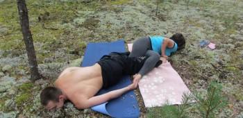 два человека на йоги