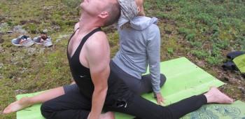 йога с партнером фото