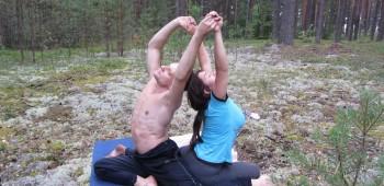 йога с партнером фотографии