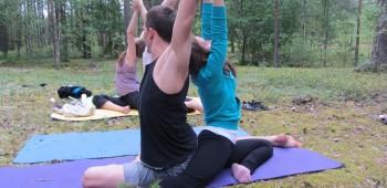 йога с партнером фотография