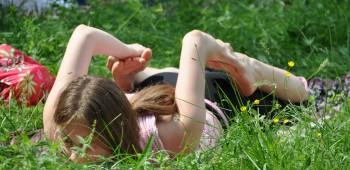 йога на лугу