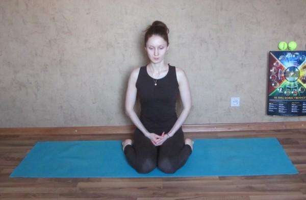 йога при ПМС вирасана