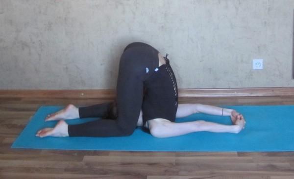 йога при ПМС карнапидасана