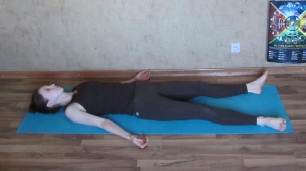 йога при ПМС шавасана